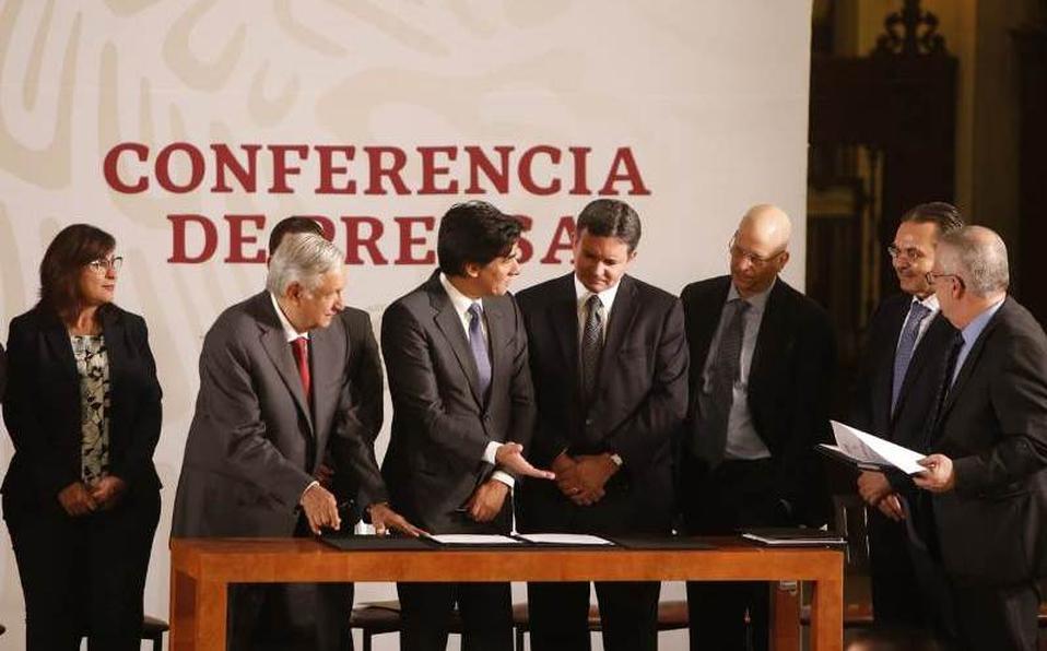 AMLO firma acuerdos con tres bancos para impulsar finanzas de Pemex